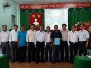 Đại diện lãnh đạo huyện trao giấy chứng nhận đăng ký thành lập HTX