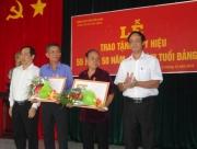 Đ/c Lê Hoàng Lâm –  Tỉnh ủy viên, Bí thư Huyện ủy (bìa trái); đ/c Trịnh Minh Hoài – Phó Bí thư, Chủ tịch UBND huyện (bìa phải)  trao huy hiệu cho 02 Đảng viên 55 tuổi Đảng.