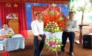 Đồng chí Lại Quang Đạo - Bí thư Đảng ủy xã tặng hoa chúc mừng Đại hội